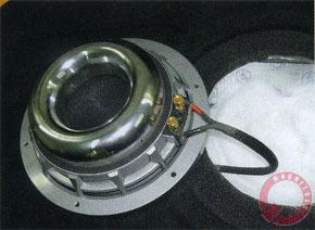 Немалая заслуга в компактности сабвуфера принадлежит и головке Pioneer. Она не зеленая, но плоская